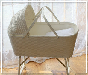 White wicker foldable legs