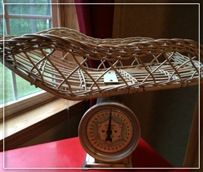 Baby metal scale with wicker basket
